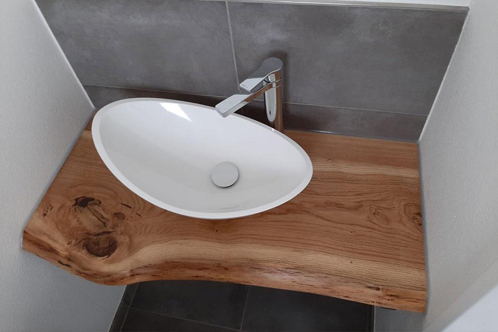 Holzunterschrank Waschbecken im Bad